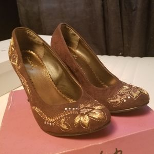 Embroidered brown Qupid wedges